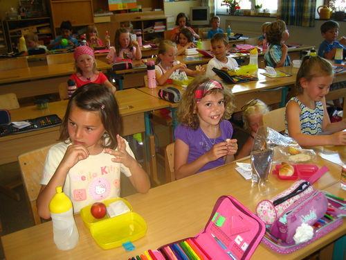 Schulanfänger besuchen die Schule